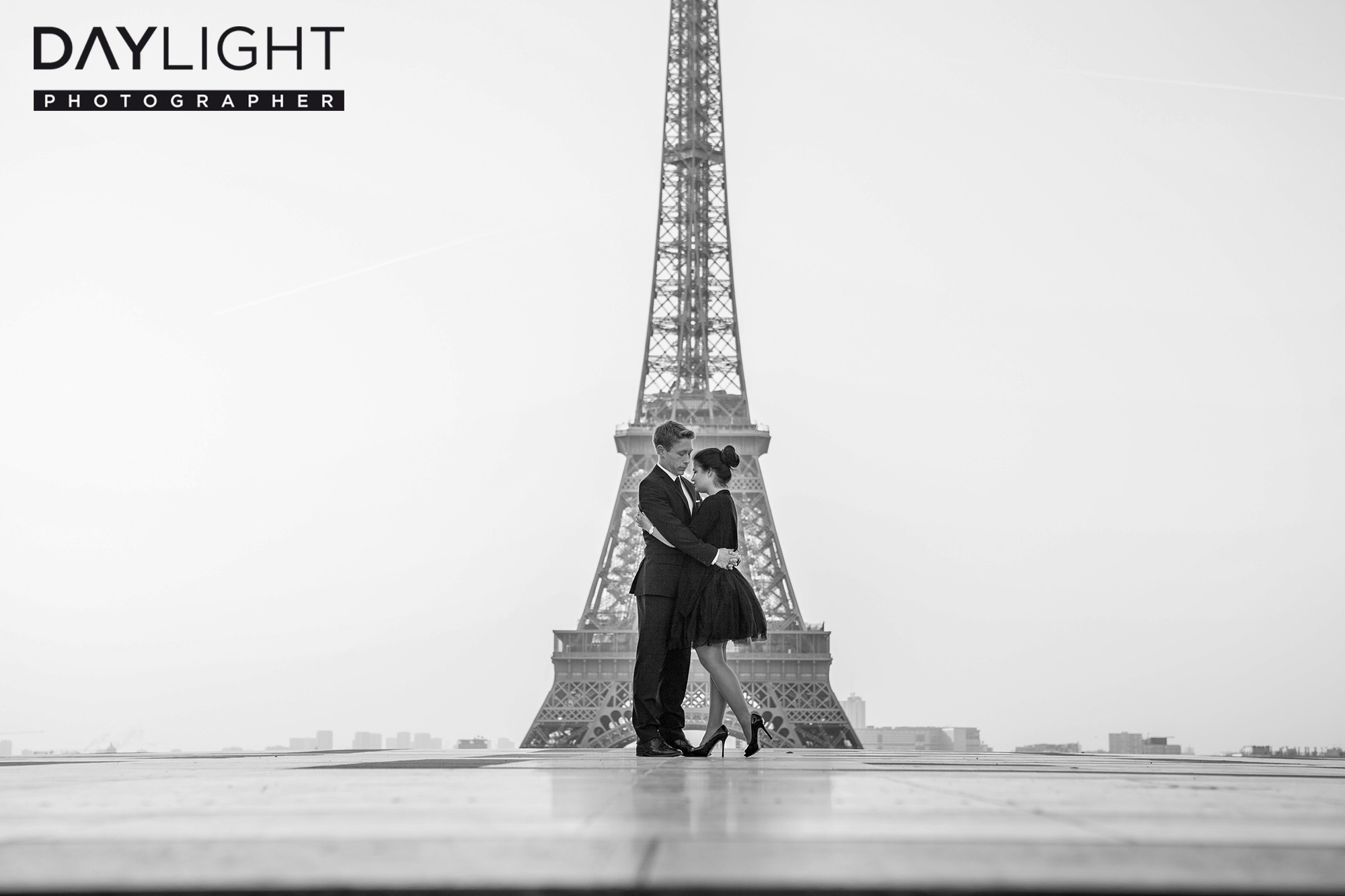 photographer eiffel tower paris