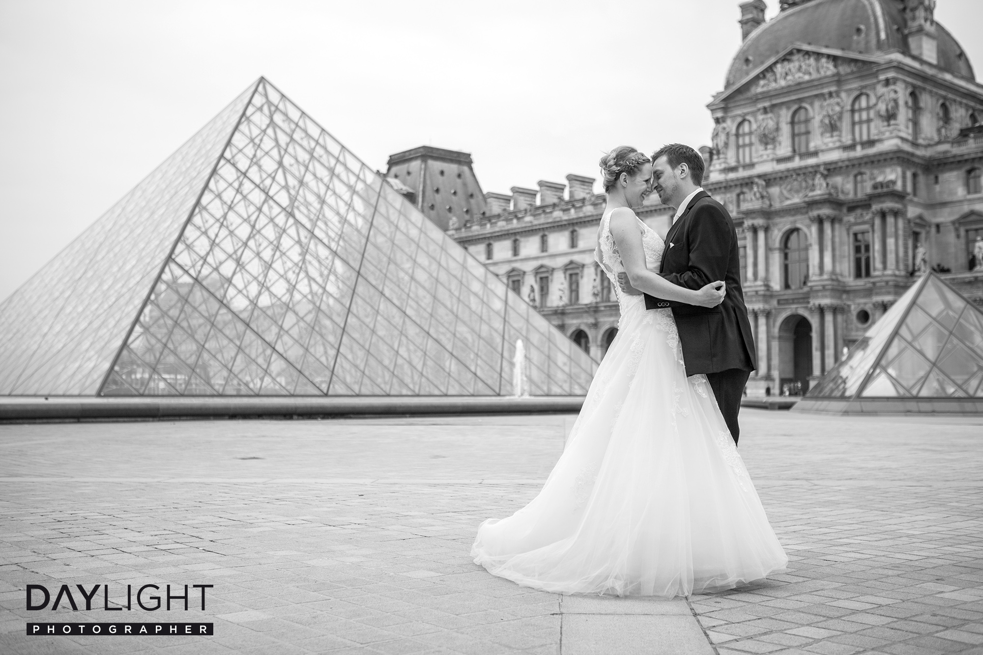 book photographer louvre paris wedding