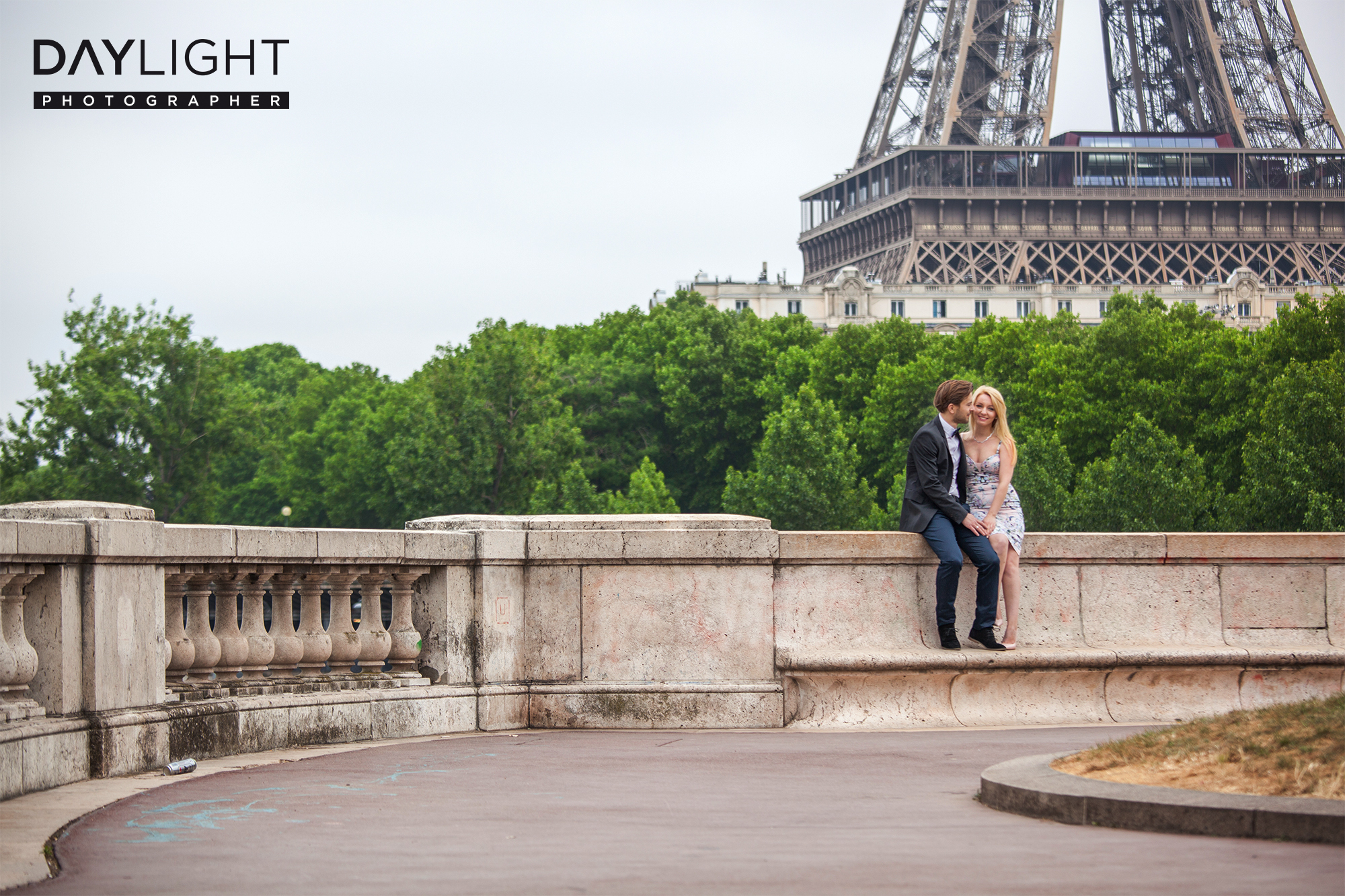 couple paris photoshooting eiffeltower
