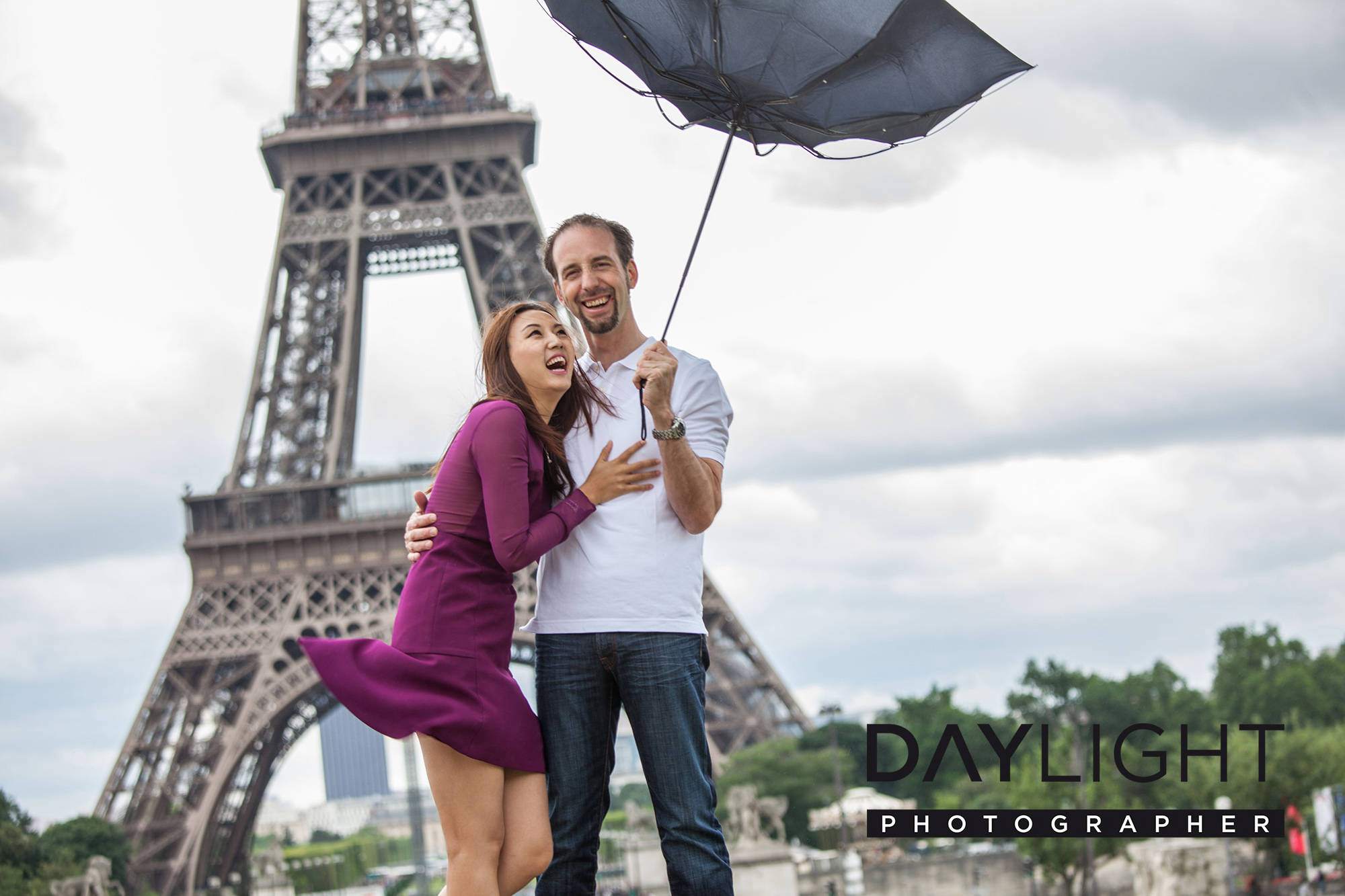 paris photographer couple eiffeltower